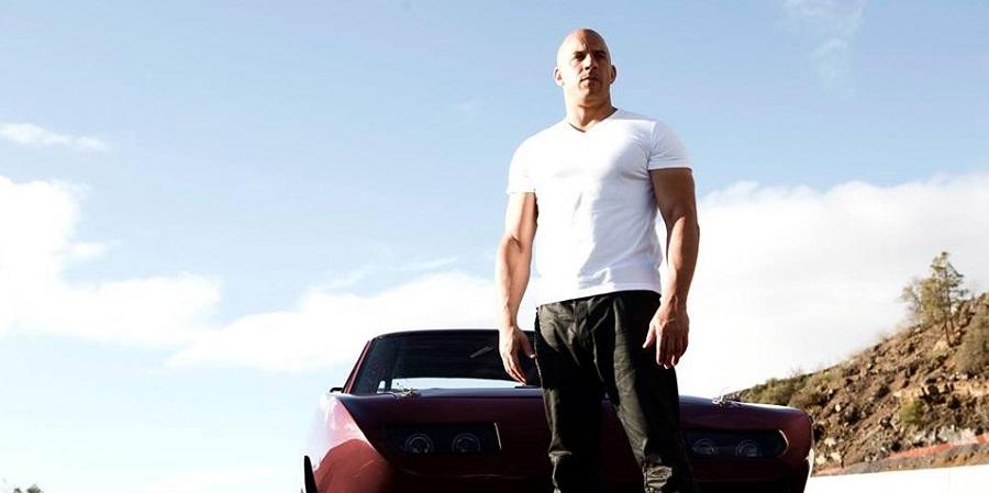 Vin Diesel guarda avanti nella locandina di Furious 8