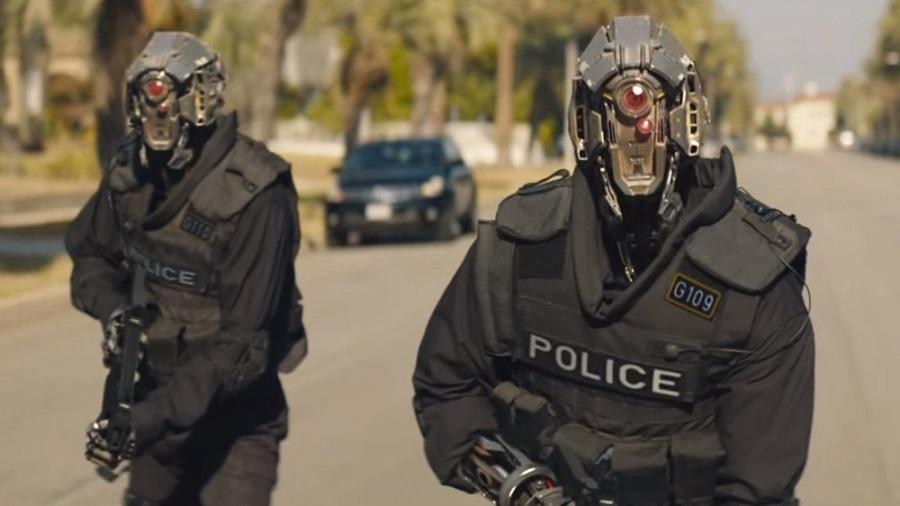 Poliziotti robot danno la caccia ai mutanti in Code 8 di Stephen Amell