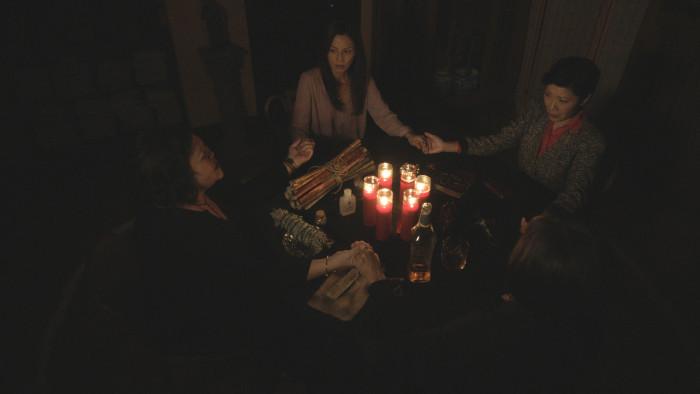 Julia Nickson evoca un misterioso spirito nel trailer di The Unbidden