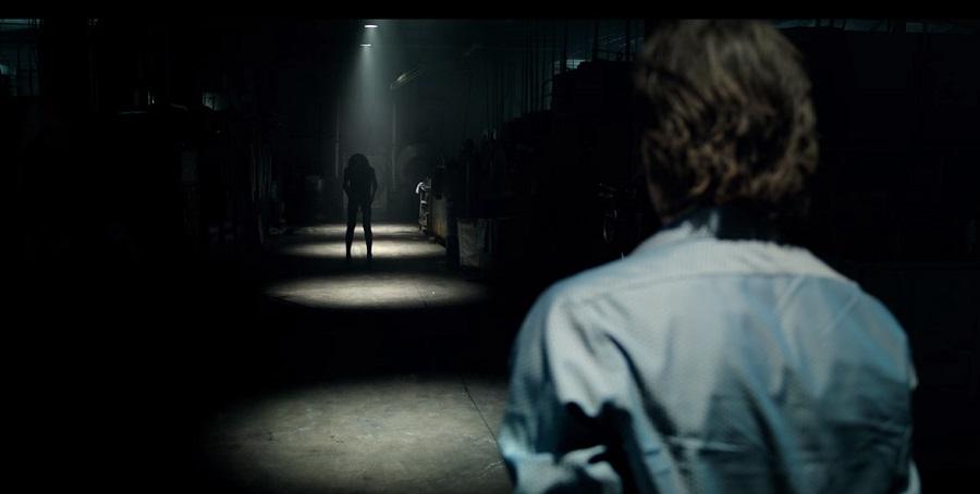 Il trailer di Lights Out di David F. Sandberg vi farà temere l'oscurità