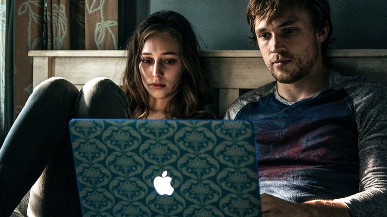 Due clip e il trailer per l'horror Friend Request di Simon Verhoeven