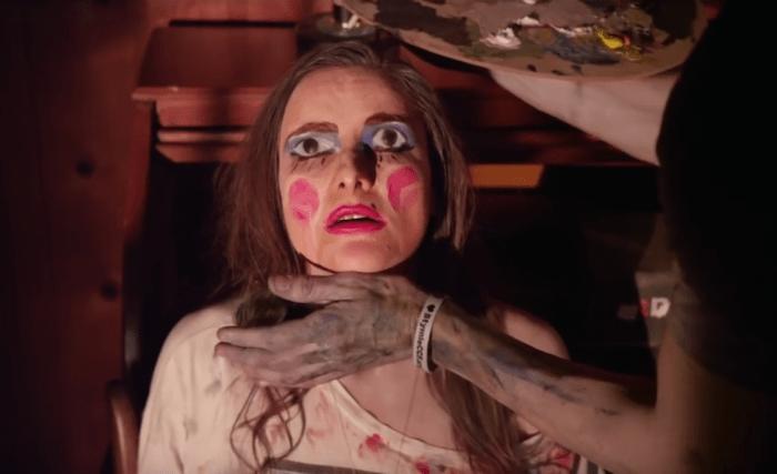 Nel trailer del peculiare Tabloid Vivant di Kyle Broom l'arte declina in follia