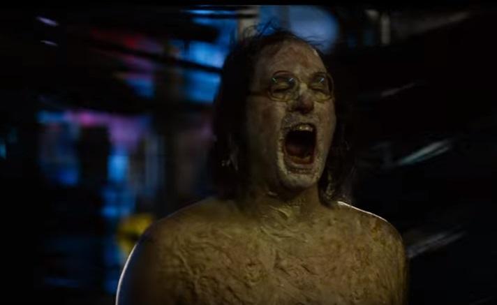 Il trailer di The Greasy Strangler è disgustosamente inappropriato