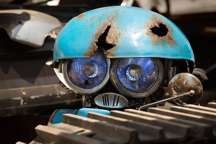 Michael Bay ci presenta Squeeks, il nuovo robottino di Transformers: The Last Knight
