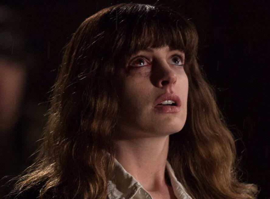 Colossal: prime immagini del monster movie di Nacho Vigalondo con Anne Hathaway
