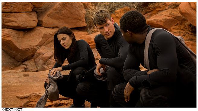 Chad Michael Collins è il leader degli umani nella serie sci-fi Extinct