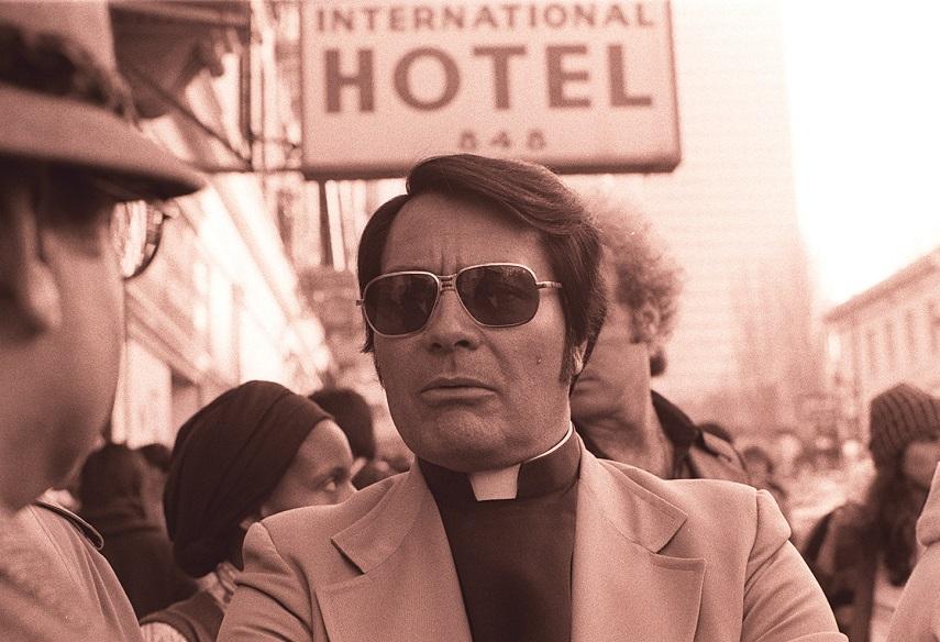 Vince Gilligan esplora la figura di Jim Jones e i fatti di Jonestown nella miniserie Raven