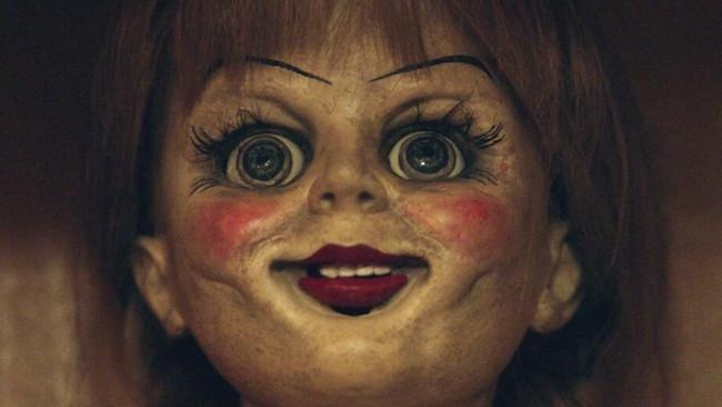 Annabelle 2: un'immagine cattura David F. Sandberg e la bambola demoniaca sul set