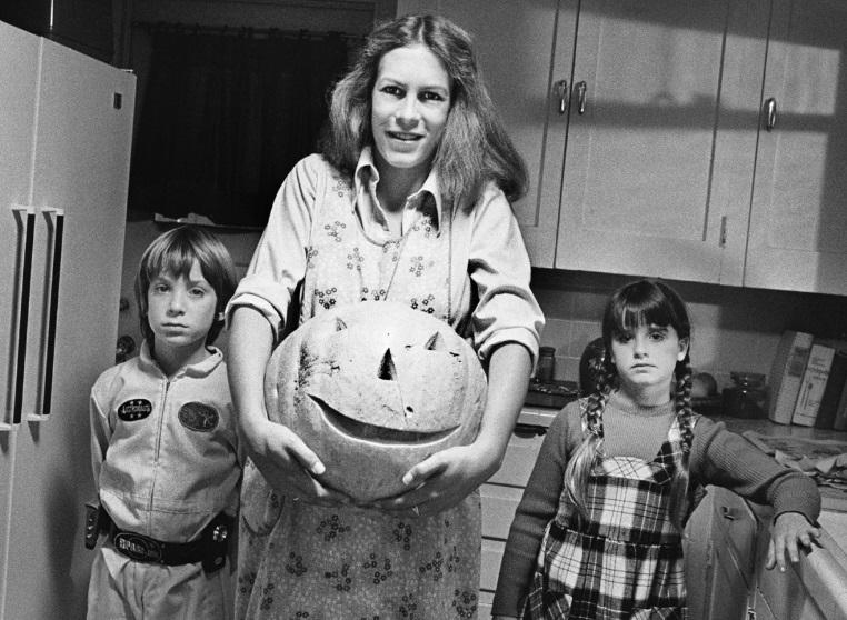 Jamie Lee Curtis indossa la maschera di Michael Myers in una rara foto del 1979