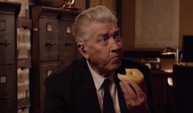 Twin Peaks: nel nuovo trailer Gordon Cole / David Lynch si gusta una ciambella