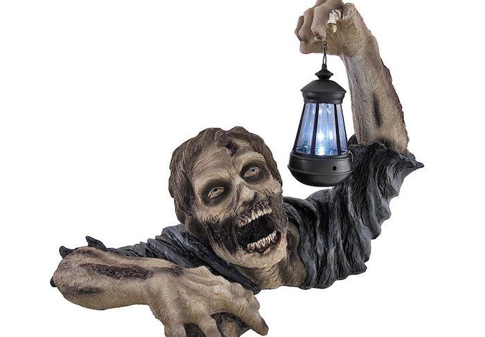 Lo zombie porta-lanterna da giardino illuminerà le vostre serate estive