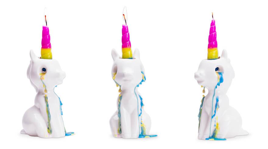 Una candela unicorno piange lacrime d'arcobaleno