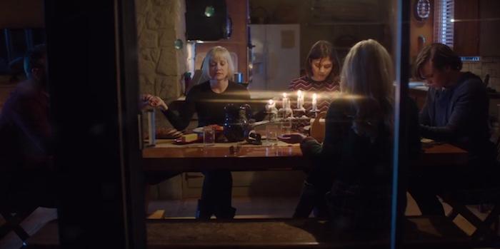 Barbara Crampton al centro di una sanguinaria tragedia familiare nel trailer di Applecart