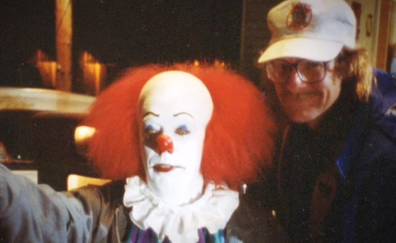 Il trailer del documentario Pennywise: The Story of IT ci riporta alle origini del clown