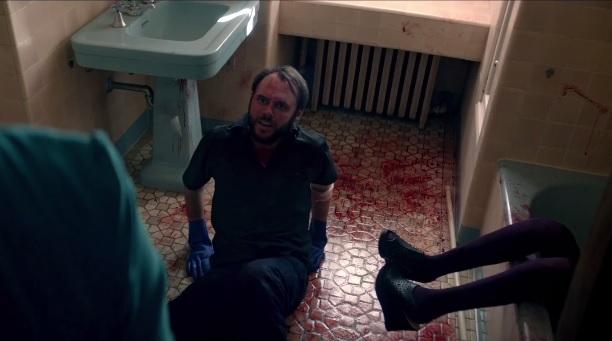 Morti violente, sangue e DPTS nel secondo trailer di Camera Obscura