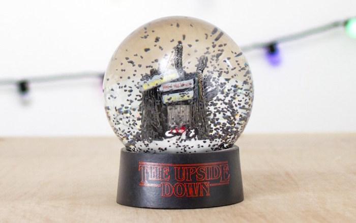 Scuotete con attenzione la palla di vetro con la neve grigia del Sottosopra di Stranger Things