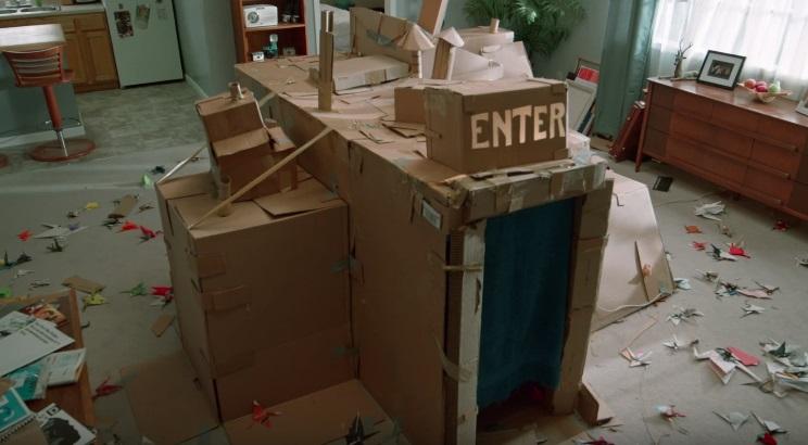 Il secondo trailer di Dave Made a Maze ci fa perdere in un labirinto di cartone magico