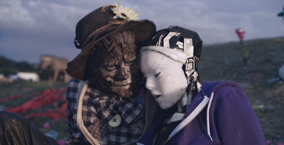 [cortometraggio] Robot & Scarecrow racconta il delicato incontro tra una cantate androide e uno spaventapasseri