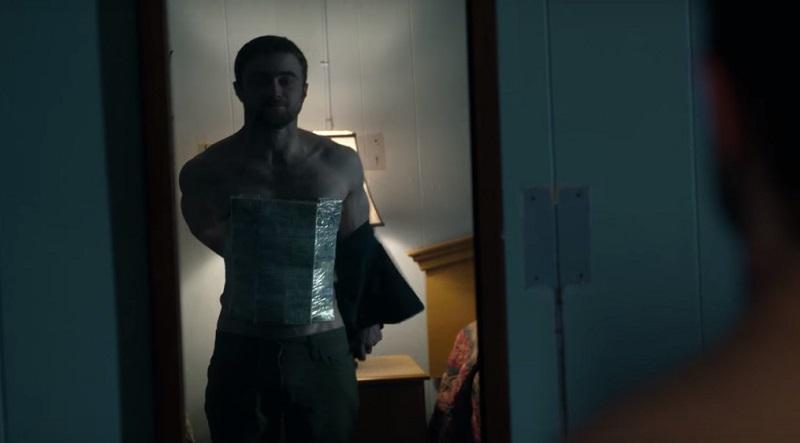 Daniel Radcliffe contrabbanda droga in aereo nel trailer di Beast of Burden
