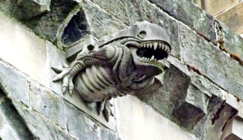 Il mistero (svelato) del gargoyle che sembra uno Xenomorfo di Alien dell'abbazia di Paisley in Scozia