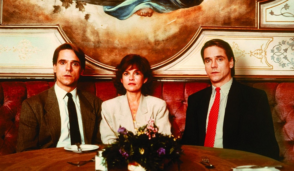 Jeremy Irons and Geneviève Bujold in Dead Ringers (1988) inseparabili