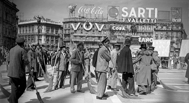 Piazza del Duomo durante la lavorazione di una scena del film Miracolo a Milano di Vittorio De Sica, 1951