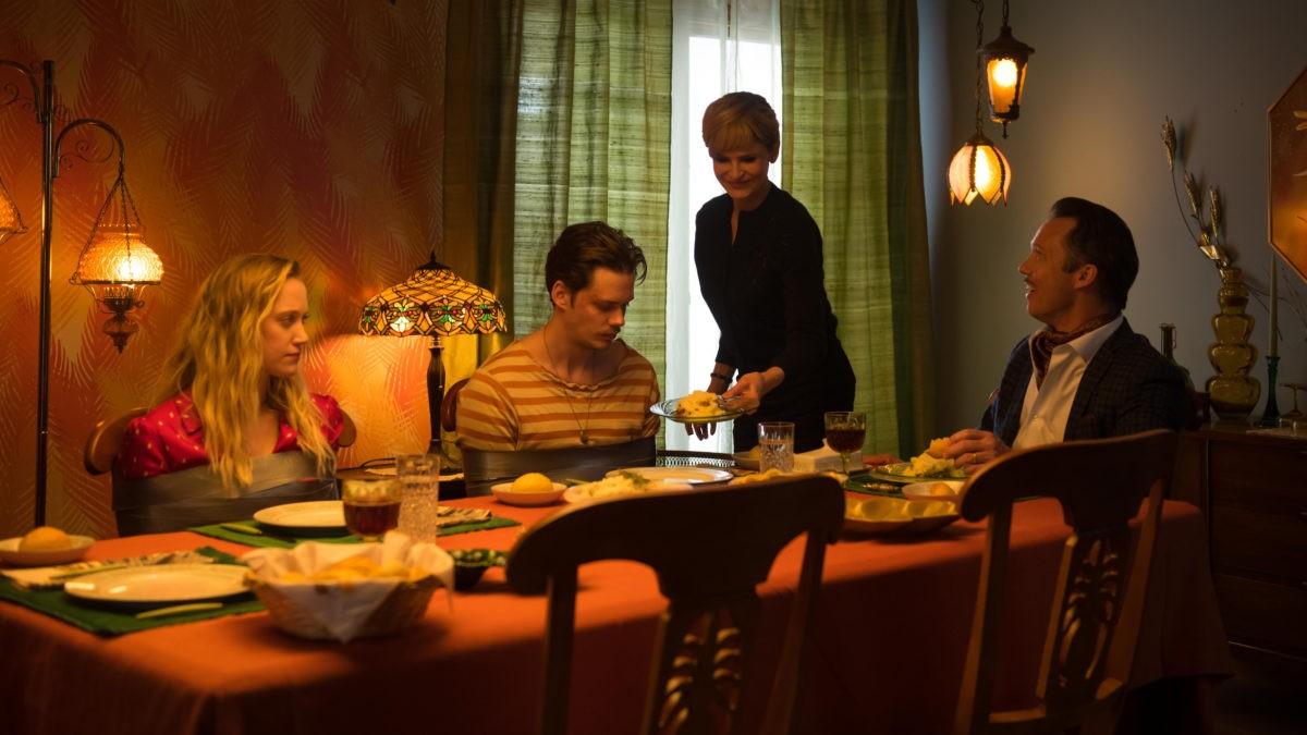 Kyra Sedgwick, Jeffrey Donovan, Bill Skarsgård, e Maika Monroe in Villains (2019)
