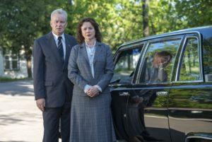 Stellan Skarsgård e Emily Watson in Chernobyl (2019)