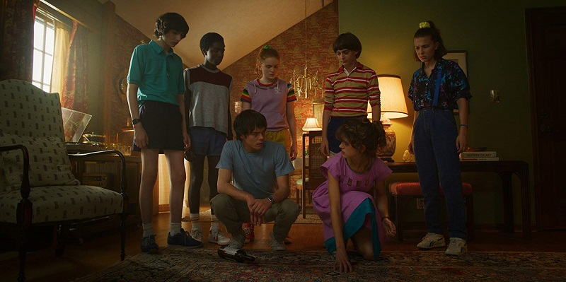 Natalia Dyer, Caleb McLaughlin, Sadie Sink, Millie Bobby Brown, Finn Wolfhard, Charlie Heaton e Noah Schnapp in Stranger Things 3