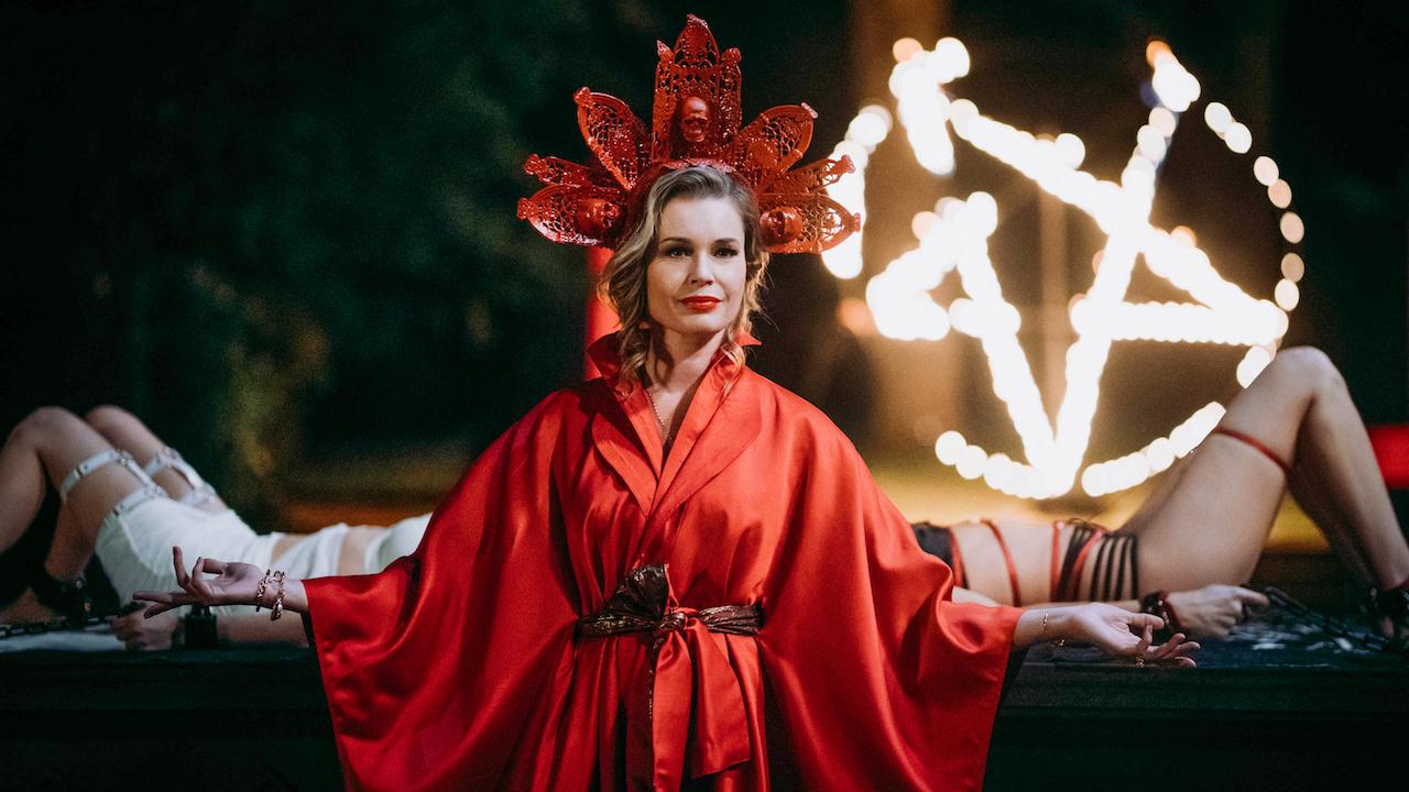 Rebecca Romijn in Satanic Panic (2019)
