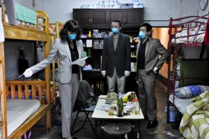 Marion Cotillard e Chin Han in Contagion (2011)