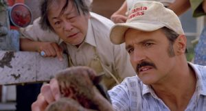 Michael Gross e Victor Wong in Tremors (1990)