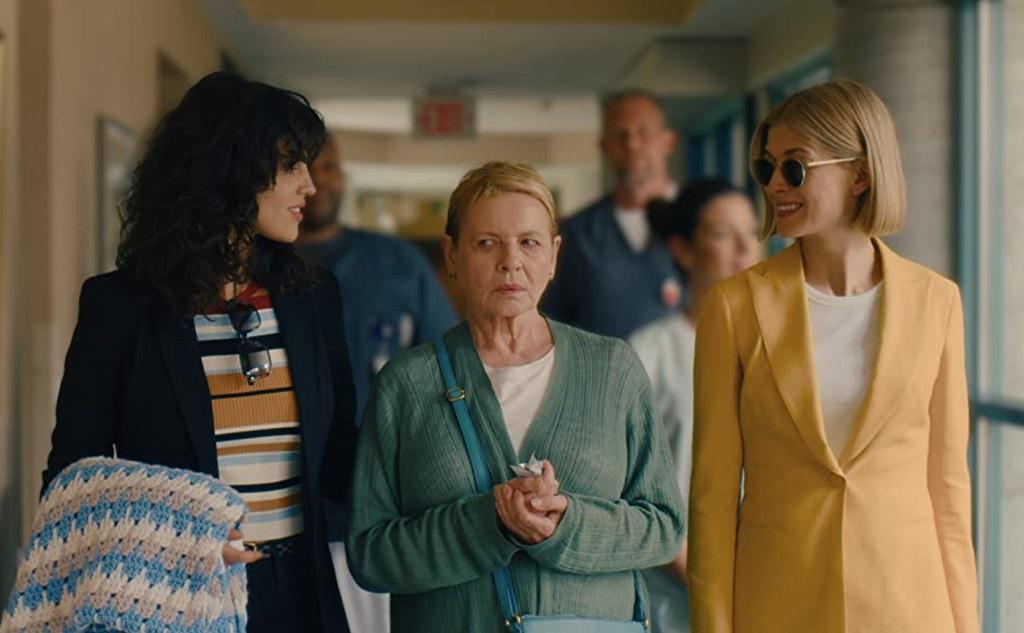 Dianne Wiest, Rosamund Pike ed Eiza González in I Care a Lot (2020)